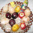 Košara s pirhi: servetna tehnika, barvana jajca s prešanim cvetjem in jajca, porisana s če