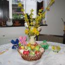V vazi pocukrana jačka, na mizi zajčka iz filca ( kopirano s skrinjice), košarica iz karto