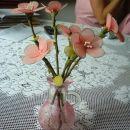 Vazica pobarvana z gelom, posuta z zdrobom, rože iz najlona.