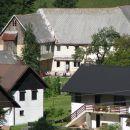 Evo naša loška hiša, gledano s skakalnice.