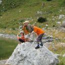 Igre okoli jezera. Vsaka skala ni dobra za skakanje, mora biti kar velika.
