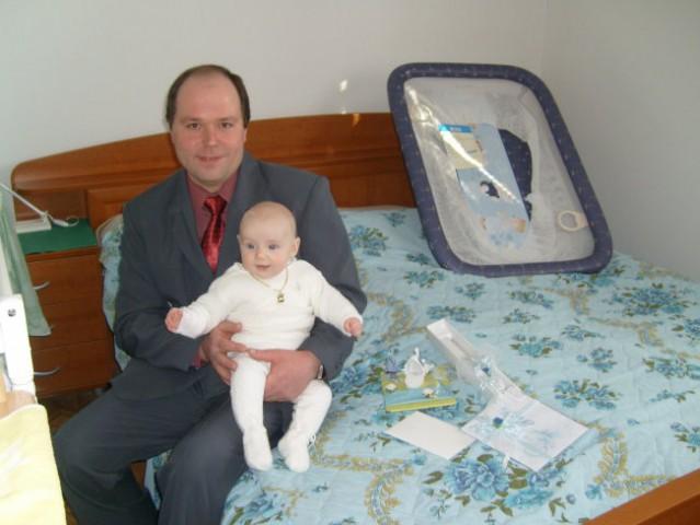 Boter mi je prinesel veliko daril;Kmalu zrastem in menda bom veliko v stajici.a stric bo z